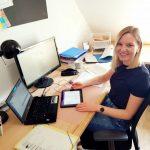 Lehrerin an der Handelslehranstalt Bruchsal, bereitet digitalen Unterricht für ihre Klassen vor